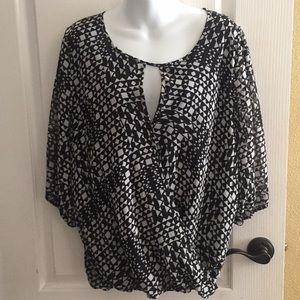 Vince Camuto geometric print black top large SS